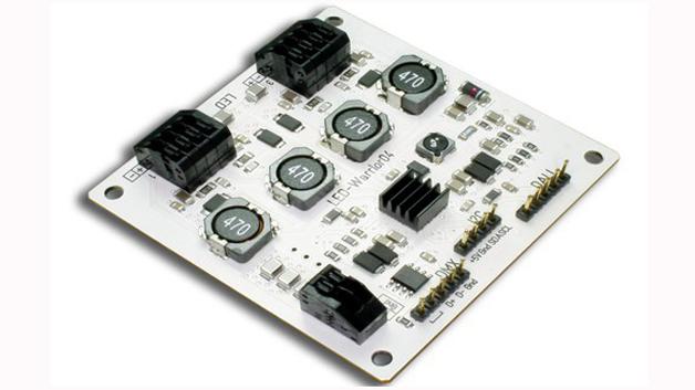 Die vier Kanäle des LED-Warrior04 von Code Mercenaries lassen sich über I²C, DMX512 und DALI steuern. Drahtlose Protokolle und andere Bussysteme können über die I²C-Schnittstelle nachgerüstet werden. Alle vier Kanäle des Konstantstromtreibers arbeiten unabhängig voneinander. So ist der Strom für jeden Kanal einzeln zwischen 80 und 1000mA in 5-mA-Schritten einstellbar. Die Helligkeit kann für jeden Kanal über eine PWM mit 12bit Auflösung eingestellt werden.