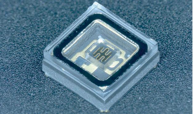 Dem japanischen Unternehmen Nikkiso ist es gelungen, LEDs unter hohen Qualitätsanforderungen herzustellen, die tief ultraviolettes Licht mit Wellenlängen zwischen 255nm und 350nm emittieren. Anwendungen ergeben sich beispielsweise in UV-Druckern oder in der UV-Lackierung zur schnellen Farbhärtung.