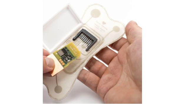 Bild 2. Tragbares Bioimpedanz-Sensor-System für Patienten mit kongestiver Herzinsuffizienz, das aus einem wiederverwendbaren Sensormodul und einem Wegwerf-Aufnehmer (Patch) besteht.