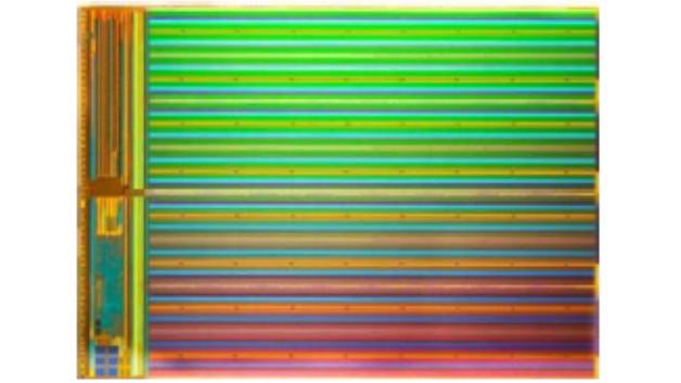 Bild 1. Chip-Foto eines 3D-NAND-Speichers, bei dem CMOS-Decoder und Leseverstärker unter dem NAND-Array untergebracht sind.
