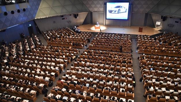 Der begleitende Kongress umfasst mehr als 100 Vorträge, die Keynote kommt von BMW und Fuji Heavy Industries.