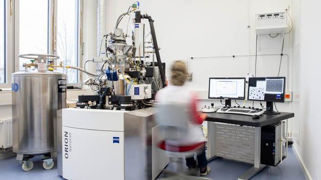 Das Ionenmikroskop am HZDR produziert einen ultrafein gebündelten Strahl aus Neon-Ionen. Damit lassen sich dünne Schichtstapel so modifizieren, dass sich nach einer zusätzlichen Temperaturbehandlung selbstständig Silizium-Quantenpunkte bilden.