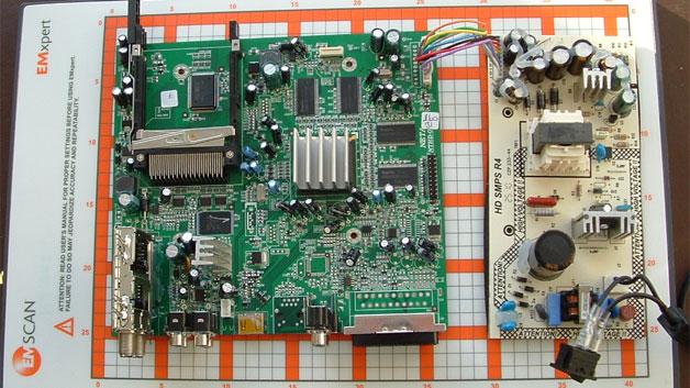 Den Messestand 111 teilt sich Keysight mit DataTec. Der Distributor zeigt unter anderem das Nahfeld-Scanner-Tablet EHX-83 von Emscan. Mit diesem Scanner lassen sich elektronische Boards nach Abstrahlleistungen in Echtzeit scannen und bewerten. Der Ingenieur ist in der Lage, die Auswirkung von kleinen Änderungen, zum Beispiel hervorgerufen durch das Anbringen eines Blockkondensators, zu beobachten. Damit ist es möglich, in einem sehr frühen Entwicklungsstadium die Effizienz von Entstörmaßnahmen in der Schaltung zu verifizieren.