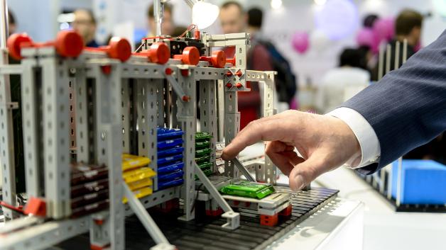 Der Schokoladenautomat aus Fischertechnik liefert die gewünschte Schokoladensorte aus.