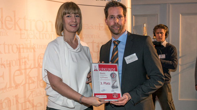 Dr. Ing. Ingo Hehemann, Senior FAE bei Maxim, nahm im Rahmen der Preisverleihung die Urkunde für den dritten Platz von Elektronik-Redakteurin Andrea Gillhuber entgegen.
