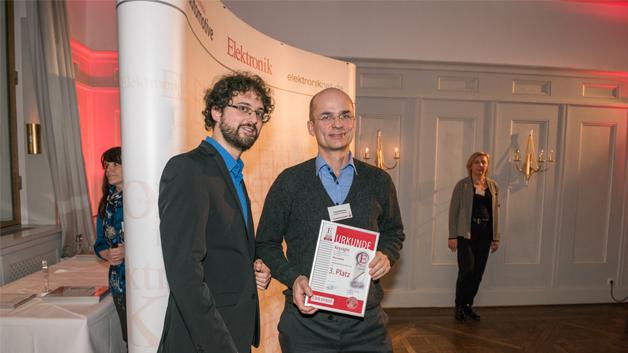 Frank Berthaux nahm die Urkunde für den dritten Platz in der Rubrik Messtechnik von Elektronik-Redakteur Matthias Heise entgegen.