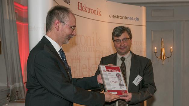 Bild 2. Reinhard Keil von ARM (rechts) erhält von Harry Schubert (links), Redakteur der Elektronik, die Urkunde für den dritten Preis der Elektronik-Leserwahl Produkte des Jahres 2016 in der Kategorie Entwicklungs-Software für das IoT-Betriebssystem mbed OS.
