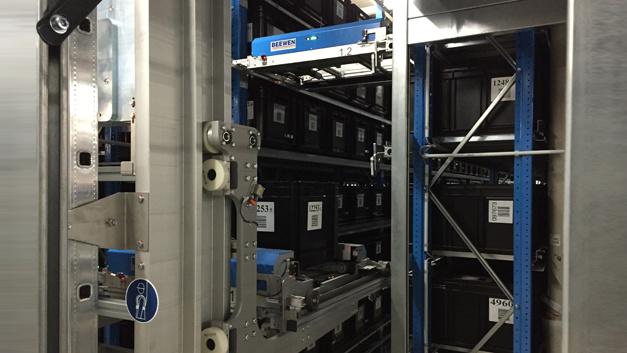 Hier werden die Aufträge nach der Kommissionierung vollautomatisch konsolidiert, d.h. alle Kommissionierboxen mit dem gleichen Kundenauftrag werden aus den unterschiedlichen Lagerbereichen gesammelt und anschließend gemeinsam an den Verpackungsbereich weitergereicht. Das Shuttlesystem hat eine Kapazität von rund 3.000 Kommissionierboxen.