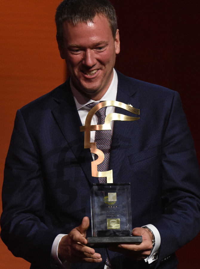 Philip Harting freut sich sichtlich über den frisch gewonnenen Hermes Award 2016.