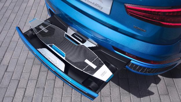 Audi Connected Mobility Concept: Im hinteren Stoßfänger eines Q3 ist ein Longboard mit 1,05 Metern Länge und Elektroantrieb integriert. Das Infotainmentsystem der Konzeptstudie errechnet den jeweils schnellsten Mobilitätsmix für Board und Auto.