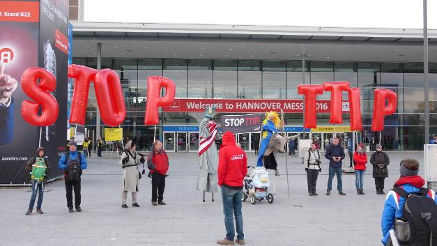 Am ersten Messetag, dem Tag des Obama-Besuchs, war die Anti-TTIP-Demonstration vor dem Eingang Nord der Hannover Messe unübersehbar.