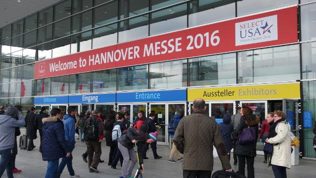 Über den Eingang Nord war die Hannover Messe auch am ersten Messetag uneingeschränkt zugänglich; manch anderer Eingang war während des Besuchs des US-Präsidenten gesperrt. Entsprechend rege war der Betrieb am Eingang Nord schon kurz vor Messebeginn um 9 Uhr.