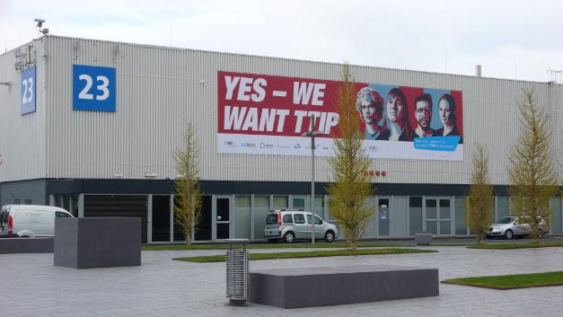 Wer über den Eingang Nord das Messegelände betrat, ging direkt auf die Pro-TTIP-Demonstration der Unternehmensverbände an der Außenfassade der Halle 23 zu.