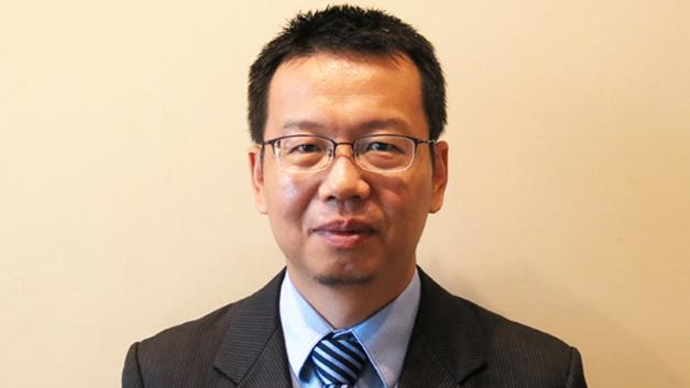 Steven Liu, Marketinleiter Tianma Microelectronics in China: »AMOLED-Displays lassen sich sehr dünn und mit Freiform-Modellierung fertigen. Sie sind mechanische flexibel, zeigen hohe Werte bei Kontrast und Auflösung und können den gesamten NTSC-Farbraum darstellen. Diesen großen Vorteilen stehen eine kurze Lebensdauer und höhere Fertigungskosten als bei TFT-LCDs gegenüber. Anwendungsbereiche sehen wir schon heute  im Automobilbereich, bei Wearables und mobilen Endgeräten. Für viele industrielle Anwendungen werden Lebenszeiten von 50.000 Stunden verlangt. Heutige OLEDs erreichen, nach viel Verbesserungsarbeit der letzten Jahre, i.d.R. 20.000 Stunden und daher erwarten wir nicht, dass innerhalb von 5 Jahren OLED-Displays auf dem Markt für Industrie-Displays stark nachgefragt werden.«