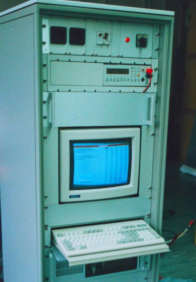 So sahen die ersten Testsysteme von Göpel Electronic im Jahr der Gründung 1991 aus. Büro, Entwicklung und Fertigung waren auch 1992 noch …