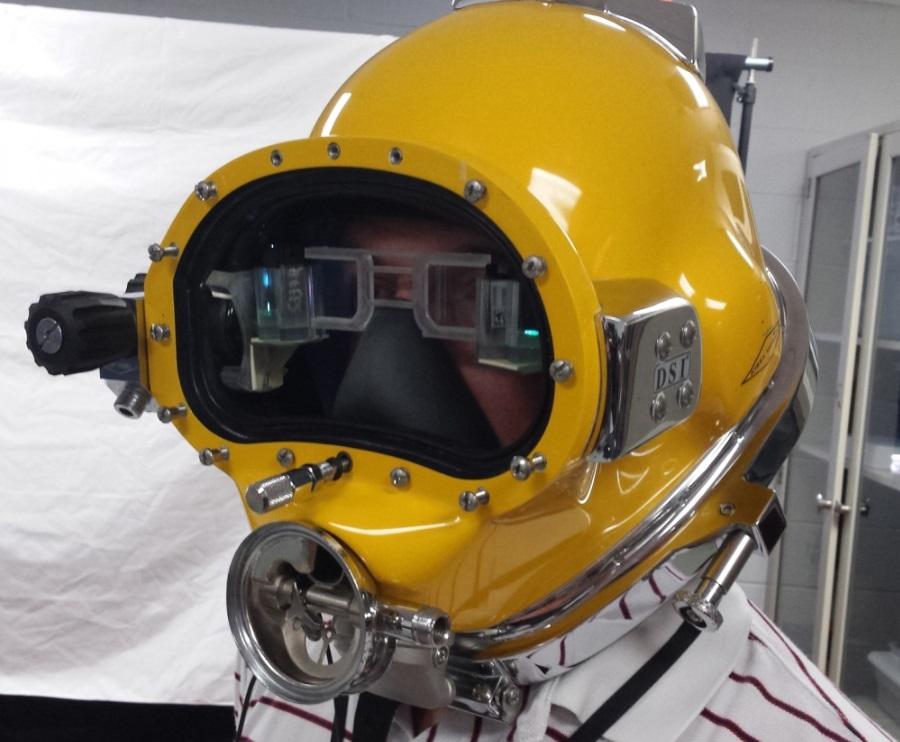 Der Taucherhelm auf dem Kopf von William Hughes III, leitender Ingenieur bei der Naval Surface Warfare Center Panama City Division.