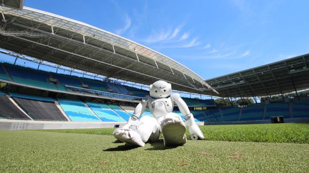 Leipzig wird Austragungsort des 20. RoboCups. In Vorbereitung entdeckt Ellie, ein Roboter von Aldebaran, die Leipziger Innenstadt. Hier befindet sich Ellie in der Red Bull Arena.