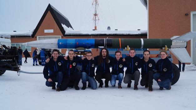PATHOS-Team mit REXUS20-Rakete  Von links nach rechts: Moritz Aicher, Liviu Stamat, Kevin Chmiela, Felix Klesen, Dominik Wagner, Jonas Ehnle, Florian Kunzi, Elke Heidmann.