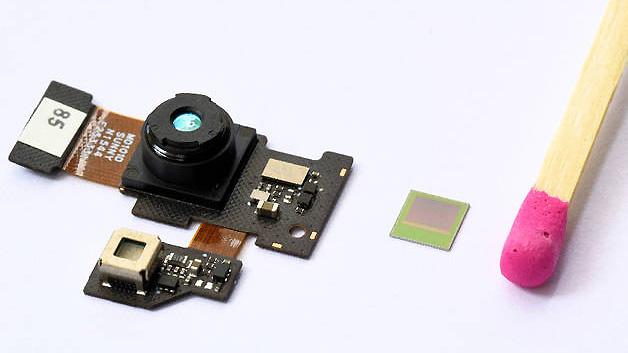 Das 3D-Kameramodul des neuen PHAB2 Pro von Lenovo (links) mit dem Bildsensorchip REAL3 von Infineon im Größenvergleich.