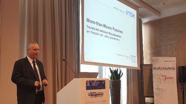 In seiner Eröffnungs-Keynote »More-than-Moore Passives« leitete Dr. Georg Kügerl, CTO der Piezo and Protection Devices Business Group von TDK, eine Art Moore'sches Gesetz für Keramikkondensatoren ab...