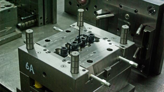 Plastikteile werden bei Kinsun Industries im Spritzgußverfahren hergestellt. Hier erkennt man den Kunststoffteil von Steckverbindern in ihrer Form. Auch die Formen stellt Kinsun Industries selbst her. Dazu dienen…