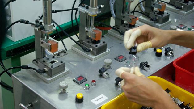 Jede einzelne Buchse und jeder Stecker, die im Kinsun-Werk in Pingjhen gefertigt werden, werden an diesem und ähnlichen Testplätzen auf ihre Funktionsfähigkeit geprüft. Bei WiFi-Antennen…
