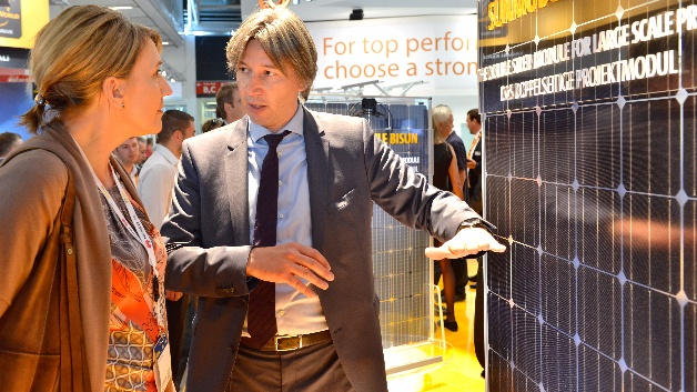 Dr. Simone Peter, Bundesvorsitzende Bündnis 90Die Grünen, informiert sich am SolarWorld-Stand über die neuesten Entwicklungen im Panel-Bereich.