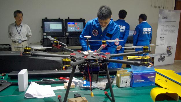 … Mit seinen sechs Rotoren kann er ein maximales Startgewicht von 9 kg bewegen, davon 1,5 kg Ladung. Die eingebaute Li-Batterie reicht 20 min lang für eine Flughöhe von bis zu 500 m Höhe, bei einer Reichweite von 2 km. Eine deutlich höhere Reichweite haben…