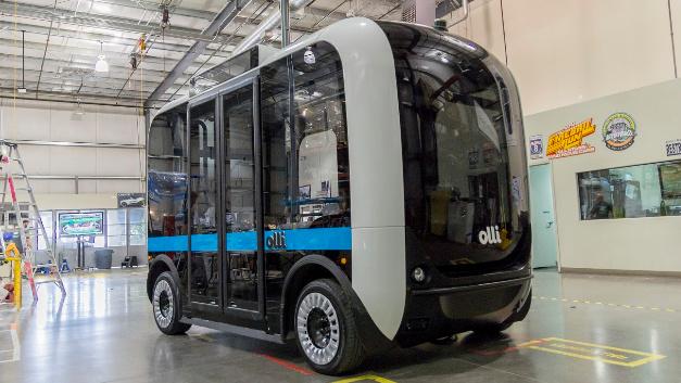 Olli ähnelt zwar einemn fahrenden Toaster, doch der kleine Bus kann viel mehr. Ganz ohne Fahrer bringt er seine Gäste an ihren Zielort. Das Besondere: Viele Bauteile von Olli kommen aus einem 3D-Drucker.
