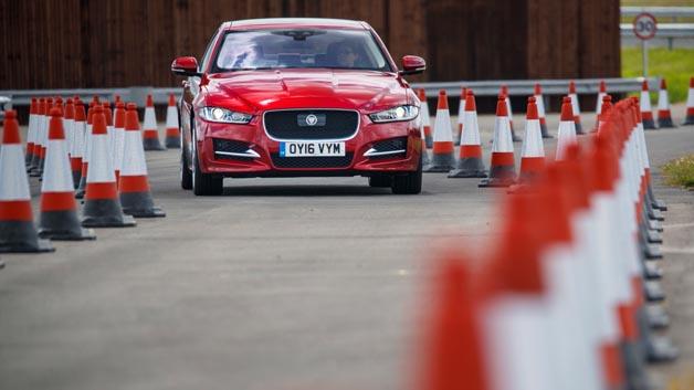 Der Roadwork Assist nutzt eine nach vorne gerichtete Stereokamera, um eine dreidimensionale Ansicht des vor dem Fahrzeug befindlichen Streckenabschnitts zu erzeugen.