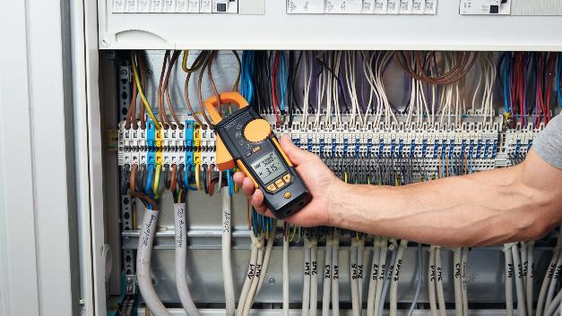 Die Serie 770 besteht aus Stromzangen für die Strommessung in Schaltschränken. Ein einzigartiger Mechanismus kann einen der beiden Zangenschenkel komplett in das Gerät einfahren. Damit lassen sich Kabel in engen Schaltschränken problemlos greifen.