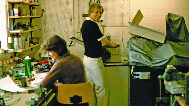 1977 und 1978 befand sich in einem Kellerraum eines Privathauses das erste Elektroniklabor der Firma, in dem verschiedene Entwicklungsprojekte auf engstem Raum vorangetrieben wurden.