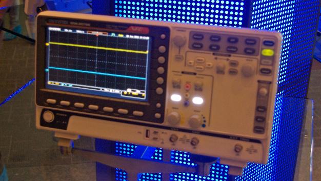 … das digitale Speicheroszilloskop GDS-1000B. Die Einsteigergeräte verfügen über zwei oder vier Kanäle mit einer Bandbreite von bis zu 100 MHz. Optional sind acht oder 16 digitale Kanäle erhältlich.