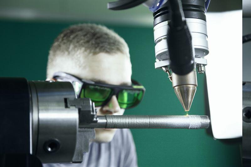 Beim Pulverauftragschweißen wird der Grundwerkstoff zusammen mit einem Pulver durch die Laserstrahlung im Schmelzbad aufgeschmolzen und verbunden. Daraus resultiert eine verlängerte Haltbarkeit der Bauteile.