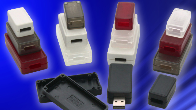 Um kleine Leiterplatten unterzubringen, die USB für Stromversorgung und Signalübertragung nutzen, hat Hammond seine Miniaturgehäuseserie »1551« um drei Größen erweitert: 35 mm, 50 mm oder 65 mm lang, 20 mm, 25 mm oder 30 mm breit, alle 15,5 mm hoch. Sie bestehen aus einem Unterteil und einem Deckel. Sie haben einen speziellen Ausschnitt für einen Standard-USB-Stecker Typ A an einem Ende und weisen im Deckel eine Aussparung für einen Einleger, ein Etikett oder HMI-Keypad auf. Die zwei kleineren Einheiten haben zwei Abstandshalter für Leiterplatten im Unterteil, die größere Einheit hat vier.