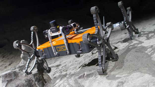 Der Mikro-Rover Coyote III auf einer Testfahrt in der DFKI-Weltraumexplorationshalle.