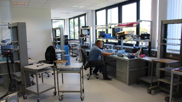 Aufbau der Laborarbeitsplätze für Kalibrierung, Reparatur und Aufrüstung.