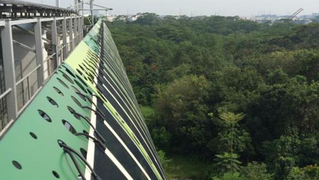 Gleiches Gebäude, andere Perspektive: An einer vorgehängten Kaltfassade des Clean Tech I Gebäudes sind weitere Elemente mit Solarfilmen aufgehängt. Die insgesamt 56 nicht transparenten (opaken) und 2 Meter langen Solarfilme wurden dazu auf Stahlpaneele montiert.