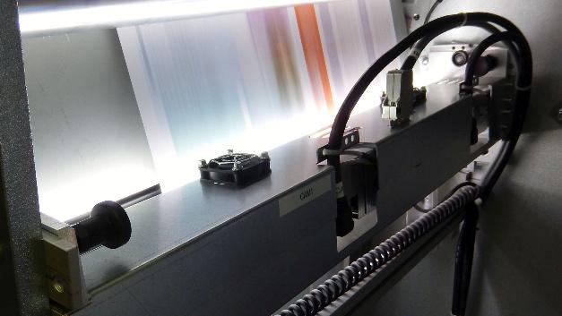 Mitsubishi Electric stellt einen neue Version des Contact Image Sensors (CIS) vor. Der neue CIS garantiert ein bis zum Rand hin verzerrungsfreies Abbild des Objekts und scannt Oberflächen in einem Tempo bis zu 1000m pro Minute. Für Maschinenhersteller, Systemintegratoren und Endanwender, die eine Qualitätsprüfung von flachen Oberflächen vornehmen müssen, ist der CIS eine Alternative zu den bekannten Zeilenkameras. Der Contact Image Sensor wird in einem definierten Abstand direkt über der zu prüfenden Oberfläche installiert. Die gesamte LED-Beleuchtung und die Optik sind bereits in das Gehäuse integriert. Der CIS ist in unterschiedlichen Breiten erhältlich, die den gängigen Formaten entsprechen. Bei größeren Materialbreiten ermöglichen mehrere nebeneinander angeordnete CI-Sensoren eine nahtlose Bilderfassung über die gesamte Breite. Der CIS ist auf dem europäischen Markt über die Stemmer Imaging GmbH erhältlich.