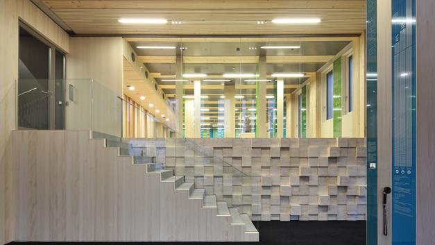 Am Eingang des Life Cycle Towers (LCT) in Dornbirn, Österreich. Das achtstöckige Gebäude ist nicht nur das erste Holz-Beton-Hybridhochhaus, sondern ist auch...