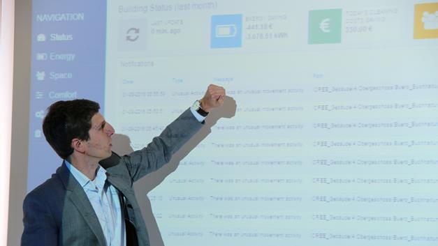 ... mit einem vernetzten Beleuchtungssystem ausgestattet. Georg Terlecki-Zaniewicz von Tridonic präsentiert einige gebäudeweit erhobene Kenndaten. Die eingesparten Stromkosten des letzen Monats liegen mit -441,18 € bzw. -3675,51 kWh über dem veranschlagten Budget und sind, wie Terlecki-Zaniewicz mit einem Augenzwinkern sagte, der beste Beweis, dass es sich tatsächlich um die ungeschönten Rohdaten handele.