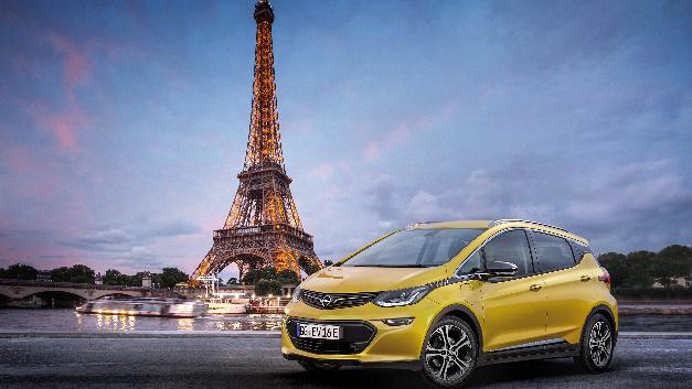 """""""e"""" wie elektrisierend, verspricht Opel: Der Ampera-e feiert sein Weltpremiere in Paris. Seine kapazitiven Batterien sind flach in platzsparender Unterflurbauweise angebracht. So gibt es reichlich Platz für fünf Passagiere und ein Kofferraum mit dem Fassungsvermögen eines Kompaktklasse-Fünftürers."""