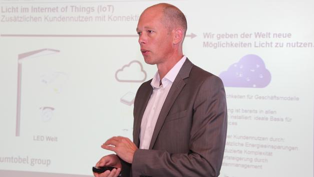 »Heute basiert unser Geschäft auf einem Leuchtenwerk, in dem Metall zusammen kommt, Dinge gepresst und gebogen werden und am Ende eine Leuchte entsteht, die einmal bestellt, ausgeliefert und abgerechnet wird«, sagte Dr. Thomas Knoop vom österreichischen Leuchtenhersteller Zumtobel bei der Vorstellung des Kooperationsprojekts mit Bosch Software und der Rhomberg Group zur vernetzten Bürobeleuchtung. Wollen Leuchtenhersteller auf Informationserhebung setzen, spreche man von »einem ganz anderen Produkt, ein Software-Cloud-Produkt, was pro Monat abgerechnet wird. Und dies Betrachtung spannt in etwa den Rahmen für die Umwälzung, vor der wir stehen.«