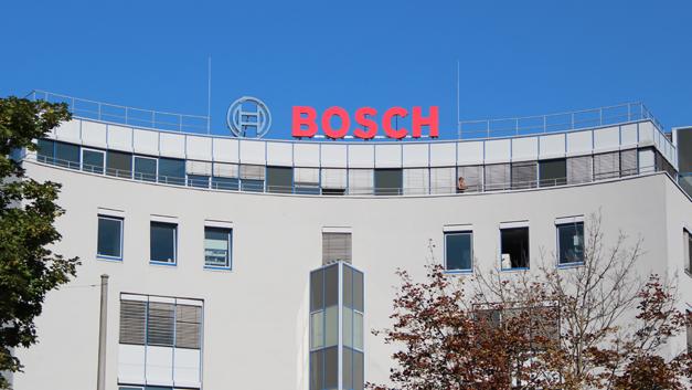 Bei Bosch in Stuttgart: Erstmals wird sich das Unternehmen auch in Sachen Bildverarbeitung auf großer Bühne präsentieren. Auf der diesjährigen Vision in Stuttgart, der weltweit größten Messe für industrielle Bildverarbeitung, hat Bosch zum ersten Mal einen eigenen Stand. Im Vorfeld der Messe gewährte Bosch schon einmal einen Blick auf die Neuerungen, die das Unternehmen zeigen wird ...