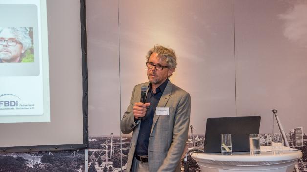 Georg Steinberger in seiner Funktion als Vorsitzender des FBDI (Fachverband Bauelemente Distribution e.V.) übernahm freundlicherweise die Aufgabe, die Gewinner mit seinen launigen Kommentaren auf die kommende Preisverleihung einzustimmen.