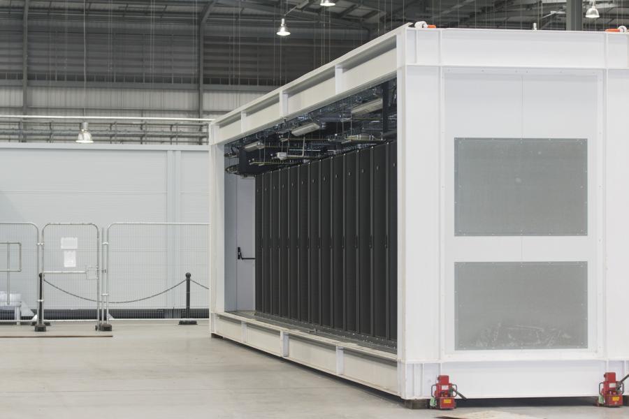 Die Container stattet Schneider Electric in den eigenen Werkshallen weitgehend mit allem aus, was ein Rechenzentrum benötigt. Damit kann das Rechenzentrum schnell geliefert werden und die Kosten für das gesamte Rechenzentrum sind sehr genau vorhersehbar.
