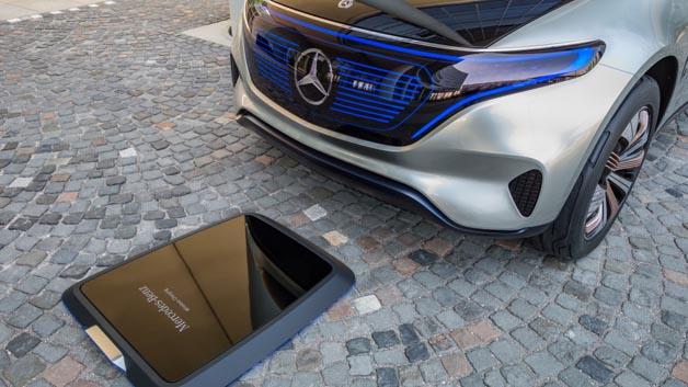Generation EQ vereint die Ladetechnologien der neuesten Generation. Das Fahrzeug ist sowohl für das Laden zu Hause via Induktion...