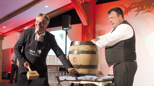 Ozapft is! Slobodan Puljarevic, CEO von EBV (links), zeigt schon mal einen Vorgeschmack aufs Oktoberfest.
