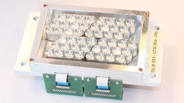Auf Modul-Ebene arbeitet OSA Opto Light. Das Unternehmen hat sich auf UV-Strahler mit Wellenlängen zwischen 350 und 420 nm spezialisiert. Dieser wassergekühlte Variante besteht aus vier UV-LED-Strahlern vom Typ OLM-021A-b und wird u.a. für die Bestrahlung von Druckfarben, Polyacrylaten oder  Photoresisten auf Basis von Novolack, Epoxidharz und Acrylat erprobt.