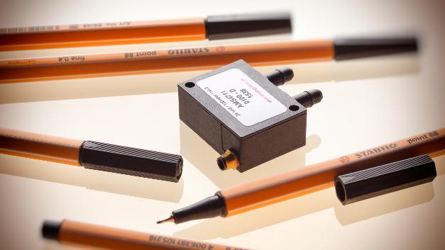 Die Serien AMS 4711/ AMS 4712 der Firma AMSYS kombinieren Silizium-MEMS-Elemente mit Mikroelektronik zu hochgenauen Drucktransmittern im Miniaturformat. Die Sensoren sind ohne weitere Komponenten einsatzbereit und für die Außenmontage geeignet. Die AMS 4712-Serie wird mit einem industriellen 4…20 mA-Stromausgang in 2-Leiter-Technik (Current Loop) angeboten, die AMS 4711-Serie hat einen 0…5 Volt Ausgang. Die Transmitter können mit einer Versorgungsspannnung von 8 bis 36 V betrieben werden. Neben den Absolutdrucksensoren (1 bar, 2 bar und 1,2 bar) sind die AMS 4711/AMS 4712 als Differenzdrucksensoren für 0..5 mbar bis 0..2000 mbar in verschiedenen Druckstufen erhältlich. Als differentiell bidirektionale Versionen können sie in den Bereichen: ±5, ±10, ±20, ±50, ±100 mbar sowohl Unter- als auch Überdruck messen.